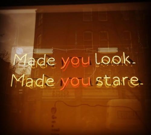 made you look neon na bezbarwnej plexi