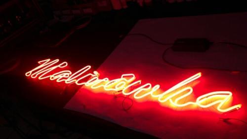 malinówka - neon z czerwonego szkła