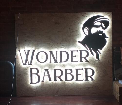 wonder barber litery z dibondu mocowane do ściany na dystansach